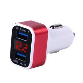 Punainen USB-autolaturi ja akkuvahti samassa